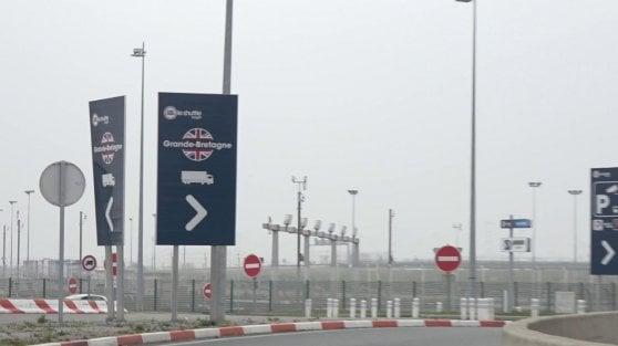 """Viaggio a Calais, confine sospeso della Ue: """"Si teme la Brexit: aumentano i raid della polizia sui migranti"""""""