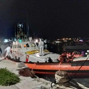 Migranti, decimo sbarco in Italia in tre giorni. A Crotone 54 in barca a vela