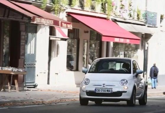 Una Fiat 500 tra le strade di Parigi
