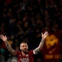 Roma, l'ultima di De Rossi: abbraccio con Totti e giro di campo
