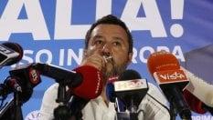 Salvini bacia il rosario in conferenza stampa: ''Ringrazio chi c'è lassù''