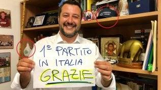 La foto di Salvini: dietro ci sono Putin, il tapiro, Gesù