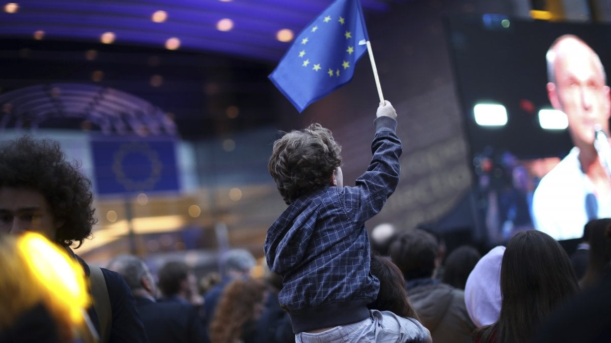I sovranisti non sfondano, sollievo sui mercati ed euro stabile