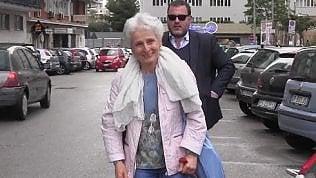 """Palermo, la prof sospesa torna a scuola. Studenti le regalano rose rosse: """"Siamo orgogliosi di lei"""""""