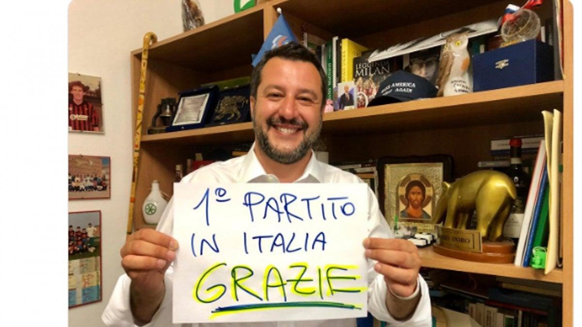 Elezioni europee, la foto di Salvini che esulta sui social: dal tapiro al poster del Milan nulla è lasciato al caso