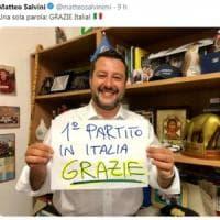 Elezioni europee, la foto di Salvini che esulta sui social: dal tapiro al poster del...