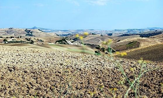 Calanchi, deserti vista mare. Dal Meridione al Salar de Uyuni, il fascino dei paesaggi lunari