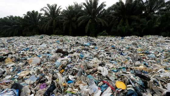 """Tonnellate di rifiuti dai paesi sviluppati, ultimatum della Malesia: """"Non siamo la vostra discarica"""""""