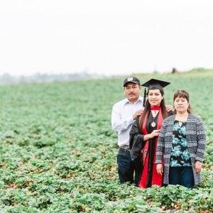 """Erica Alfaro, la foto di laurea nel campo di fragole con i genitori immigrati diventa virale: """"Credete nel futuro"""""""
