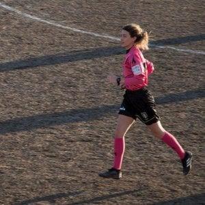 """Arbitro donna, punito il giovane giocatore responsabile di gesti sessisti: sei mesi di """"rieducazione"""". E dovrà pulire gli spogliatoi"""