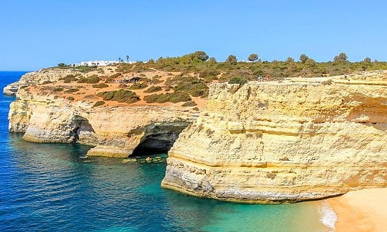 """Tra falesie e villaggi che sanno d'antico. In Algarve, a scoprire il """"miglior cammino d'Europa"""""""
