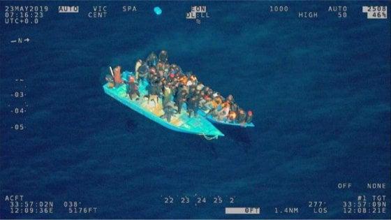 Migranti, nave militare italiana soccorre gommone in difficoltà: sbarcheranno a Genova