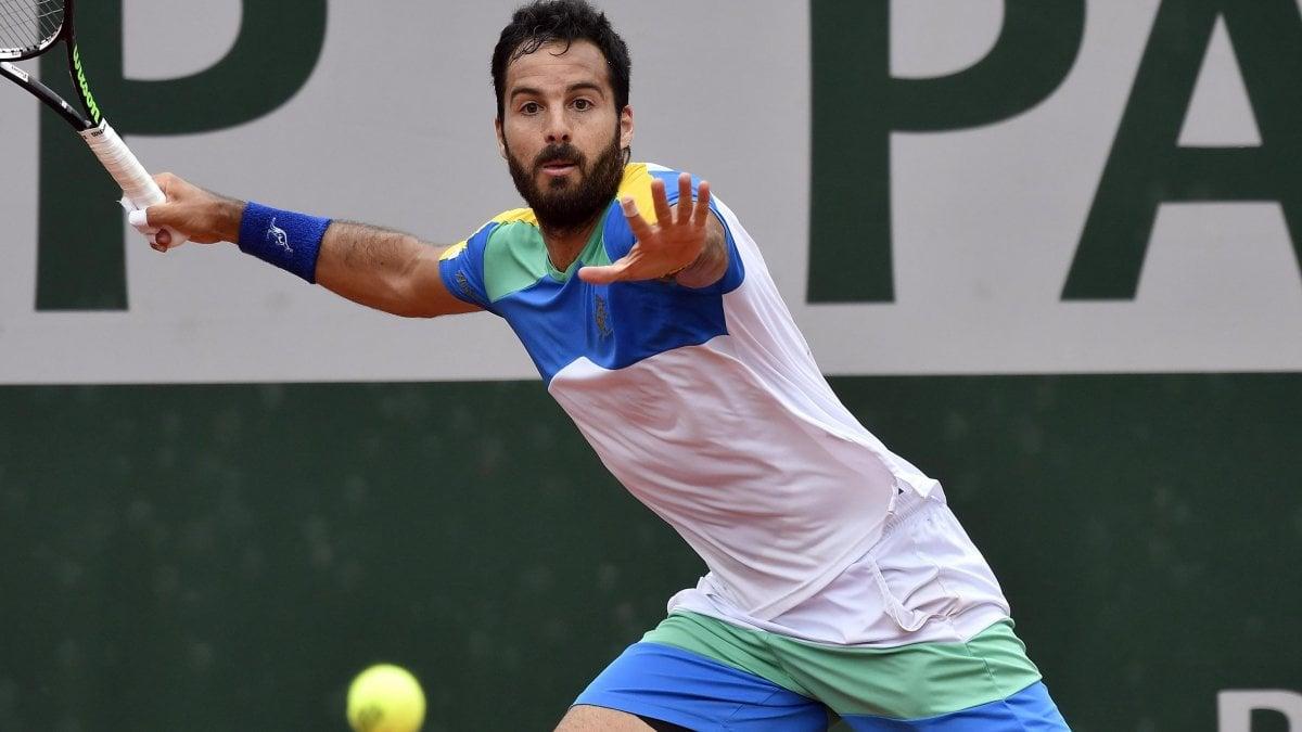 Tennis, Roland Garros: Caruso vola al terzo turno. Ora la sfida a Djokovic. Avanza anche Fognini