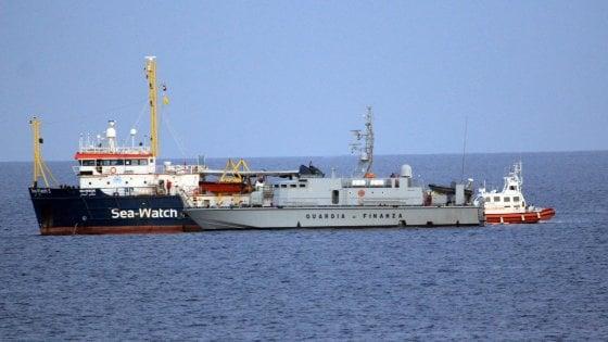Migranti, dissequestrata la nave ong Sea Watch