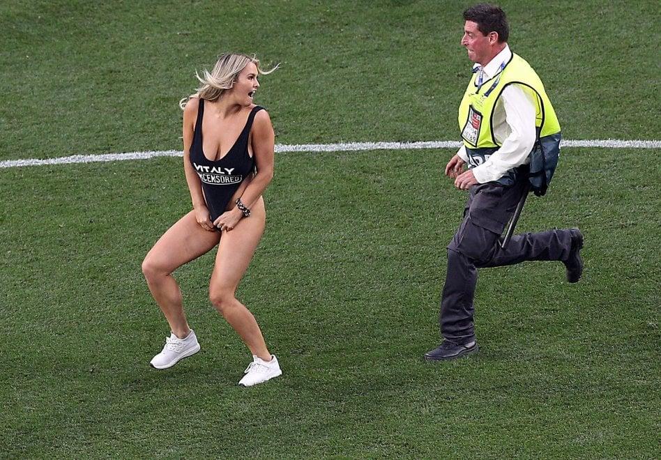 Tottenham-Liverpool, 'gara sospesa': la modella Kinsey Sue invade il campo