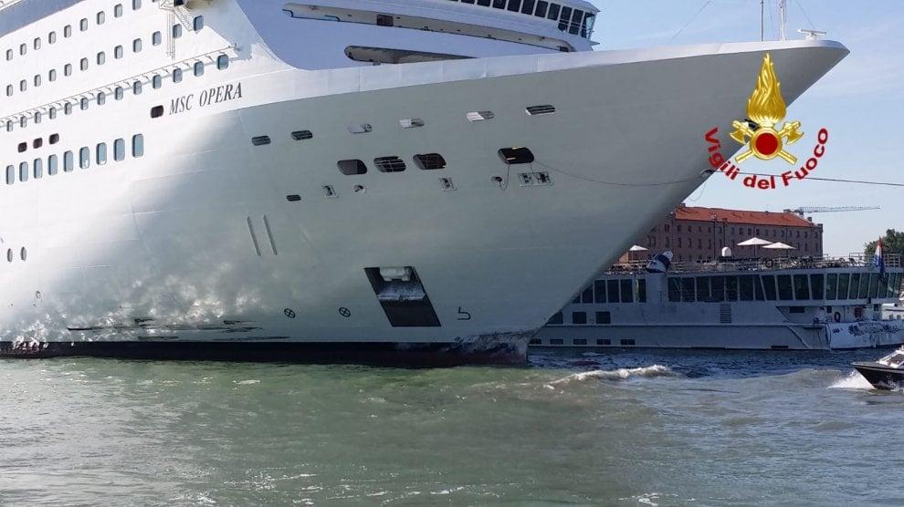 """Venezia, urto tra la nave da crociera Msc """"Opera"""" e il battello River Countess"""