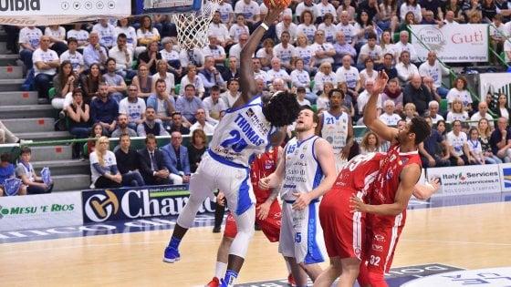 Basket, playoff serie A: Sassari batte ancora Milano all'overtime e vola in finale