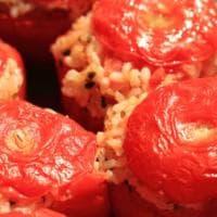 Rossi, succosi e pieni di riso: i pomodori ripieni al forno