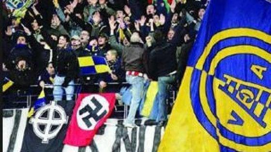 """""""Siamo una squadra a forma di svastica"""", il coro degli ultrà neonazi dell'Hellas Verona per il ritorno in serie A"""