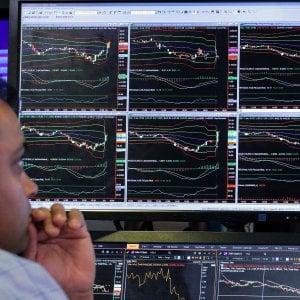 Piazza Affari guida i rialzi delle Borse europee, lo spread scende ancora