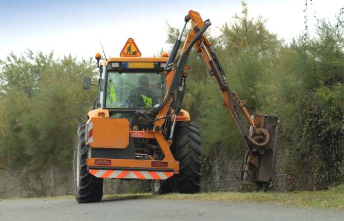 Sicurezza stradale a rischio per i mancati sfalci