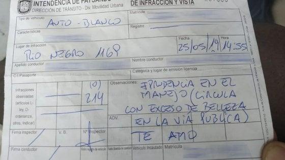 Uruguay, multa automobilista per 'eccesso di bellezza': agente stradale innamorato rischia il licenziamento