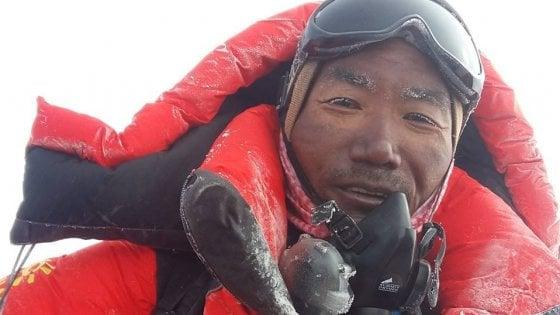 """Everest, lo sherpa da record: """"Morti non per l'ingorgo ma per le guide inesperte"""""""