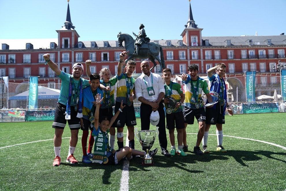 Madrid, i piccoli calciatori del Football for friendship: in campo per costruire il gioco di squadra