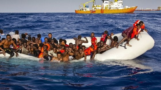"""A Pozzallo i 62 migranti soccorsi dalla Asso 25 in acque maltesi. Salvini: """"Andranno in strutture della Cei"""". E 21 arrivano a Lampedusa"""