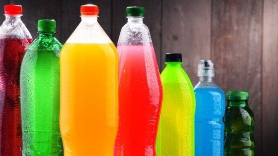 Bibite zuccherate o dolcificate, berne troppe fa male