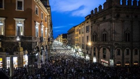 Via Rizzoli gremita per lo spettacolo Ballata per Faber con Neri Marcorè e Sergio Rubini