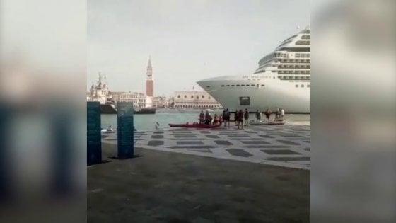 Venezia, oltraggio nel bacino di San Marco: passa una crociera Msc durante la festa delle barche a remi