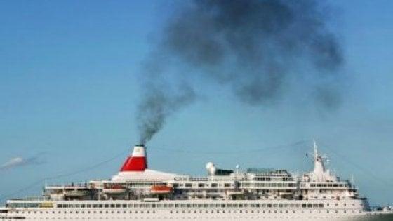 Germania, attivisti per il clima bloccano una nave da crociera a Kiel