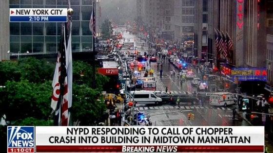 New York, elicottero si schianta su grattacielo a Manhattan