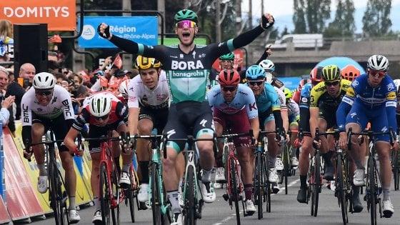 Ciclismo, Giro del Delfinato: volata vincente di Bennett. Teuns resta leader