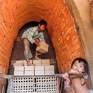Cambogia, il governo vieta il lavoro dei bambini nelle fornaci