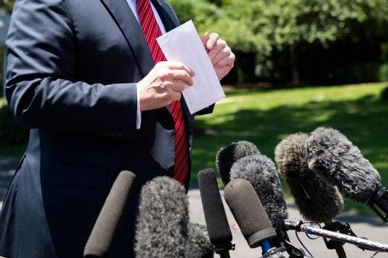 Usa, Trump rivela per sbaglio accordo su migranti con Messico: sventola il documento, i fotografi catturano il testo
