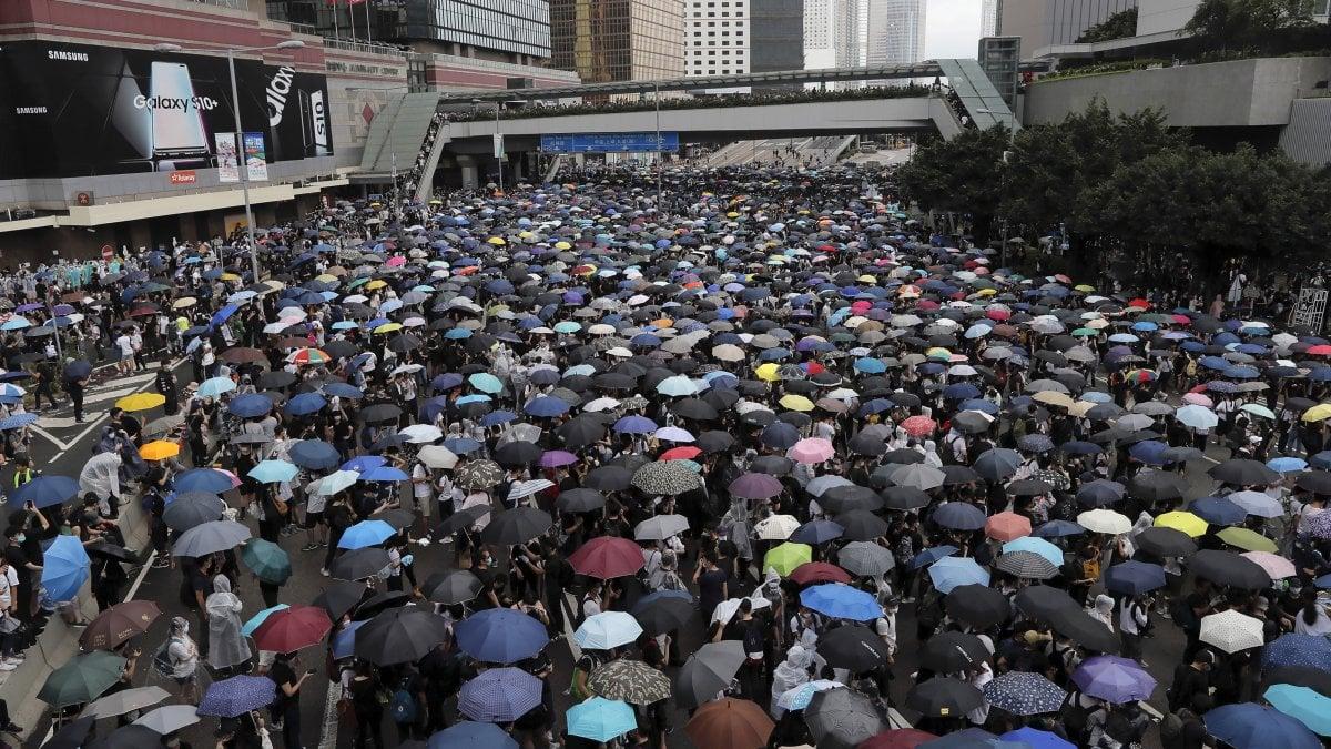 Hong Kong, migliaia di persone circondano il parlamento contro legge che permette l'estradizione verso la Cina