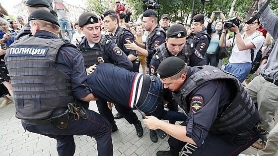 Russia, oltre duecento fermi alla marcia per il giornalista Golunov