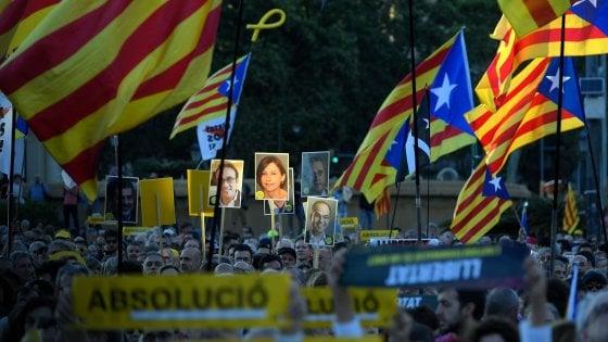 Catalogna, chiuso il processo ai leader indipendentisti. L'accusa chiede condanne fino a 25 anni