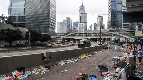 "Cina, Hong Kong: torna la calma ma le polemiche non si placano. La governatrice: ""Si va avanti"""