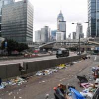 """Cina, Hong Kong: torna la calma ma le polemiche non si placano. La governatrice: """"Si va..."""