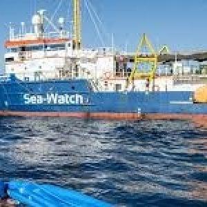 Sea Watch, dopo il rifiuto a sbarcare i migranti a Tripoli la nave fa rotta verso Lampedusa