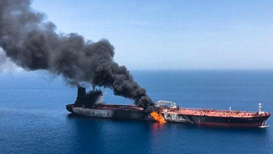 """Golfo dell'Oman, due petroliere a fuoco. Per Pompeo responsabile l'Iran che """"respinge categoricamente"""" l'accusa"""