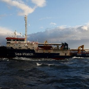 Migranti, la Sea Watch 3 al confine delle acque italiane