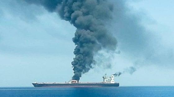 """Attacco alle navi nel Golfo dell'Oman, Trump accusa l'Iran: """"C'è la loro firma"""". Cnn: """"Missile iraniano contro un drone"""""""
