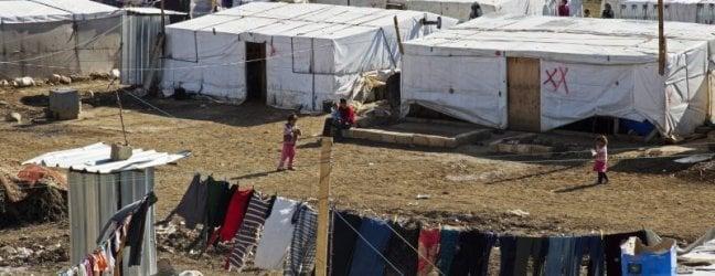 """Libano, demoliscono le """"case"""" nel campo dei profughi siriani di Arsal: incerto il futuro per migliaia di famiglie"""