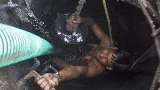 Gujarat, sette persone muoiono rimuovendo escrementi dalla vasca settica di un hotel