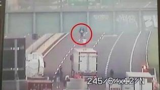 Video Ragazzo minaccia di buttarsi dal cavalcavia: un camionista lo convince a desistere