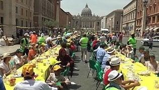 """""""Siamo tutti migranti"""", la tavolata (di 270 metri) davanti a San Pietro"""